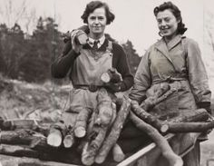 Two members of the WW2 Women's Timber Corps.