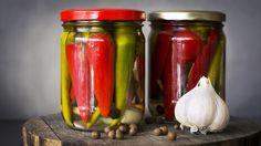 Ricetta peperoncini sott'olio - La ricetta per preparare i peperoncini sott'olio, una conserva davvero deliziosa, perfetta da gustare con le bruschette.