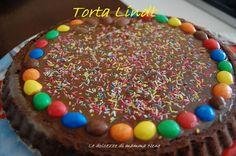 Troppo cioccolato in giro!!! Troppe uova aperte!!! Ricicliamo con la torta Lindt (anche se il cioccolato è di un altra marca :P ma è buona lo stesso)... Ingredienti: Per la base: 100 g di farina 100 g di zucchero 3 uova 100 g cioccolato fondente lindt 60 g di burro Per il ripieno (ganache) 200 ml di panna da cucina