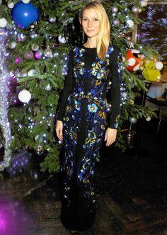Gwyneth Paltrow en una cena benéfica en Londres con este vestido negro con bordado de flores en azul, amarillo y violeta de Matthew Williamson Primavera Verano 2014.