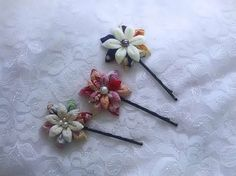 Mom's easy handicraft It is a how to make a Lily flower. Diy Ribbon, Ribbon Work, Ribbon Crafts, Flower Crafts, Flower Art, Ribbon Flower, Kanzashi Tutorial, Hair Bow Tutorial, Little Flowers