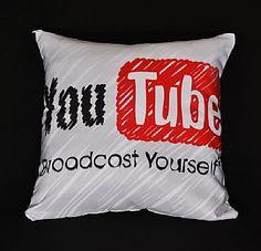 Essa capa de almofada do Youtube está arrasando, prontinha para transformar seu ambiente.