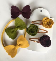 This three pack of bows (mustard,Aubergine and olive green) come either as a set of rolled roses on rose gold snap clips or pinched bows on alligator clips. Diy Baby Headbands, Felt Headband, Baby Bows, Making Hair Bows, Diy Hair Bows, Diy Bow, Ribbon Hair, Felt Diy, Felt Crafts