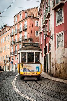 #Lisboa en invierno, la ciudad más romántica del mundo | Via HolaViajes | 21/12/2017 Su tranvía renqueante trepando por el Barrio Alto, sus fachadas decadentes, sus confiterías y sus tiendas tradicionales. Bajo el manto invernal, la capital de los atardeceres sobre el Tajo se enciende de belleza melancólica. Es en estos días fríos cuando resuenan aún más si cabe los versos de Pessoa y la nostalgia del fado. #Portugal