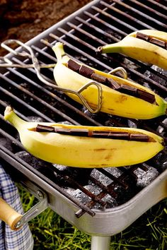 Chocolate bananas from the grill - Dessert Recipes Barbecue Grill, Grilling, Grill Dessert, Delicious Desserts, Yummy Food, Banana Dessert Recipes, Butter Recipe, Different Recipes, Food Items
