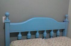 Cama antiga de madeira na cor azul.