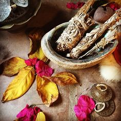 Altar details 🍂🌺🍃#fallequinox #autumequinox #mabon #sage