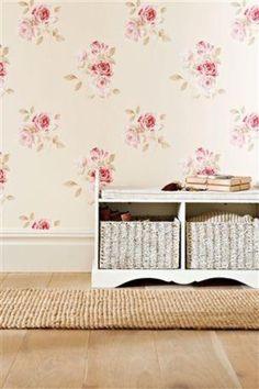 pavimento in legno e carta da parati floreale... per uno stile classicheggiante
