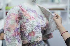 Los talleres de Chanel ven a una nueva generación abrazar la tradición artesanal.