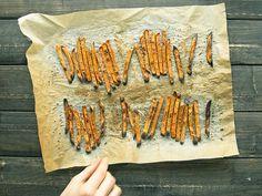 Det är inte bara möjligt att få till krispiga sötpotatis pommes hemma i ugnen utan även magiskt gott! ELLE mat & vins bloggare Lisa & Erik bjuder på bästa receptet!