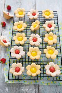 Crostatine Fiori di pasta frolla con crema al limone Mini Lemon Tarts, Mini Tart, Baking Recipes, Cookie Recipes, Dessert Recipes, Cute Desserts, Delicious Desserts, Refreshing Desserts, Italian Cookies