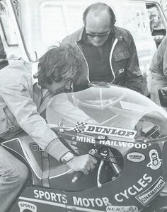 claspgarage: Barry Sheene trying Mike Hailwood'd winning Ducati for size in 1978 Motorcycle Racers, Racing Motorcycles, Vintage Motorcycles, Grand Prix, Ducati Desmo, Isle Of Man, Vintage Racing, Road Racing, Cycling Bikes