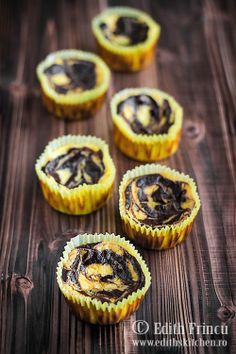 mini cheesecakes cu cacao 1 High Protein Low Carb, High Protein Recipes, Protein Foods, Edith's Kitchen, Mini Cheesecakes, Sugar Free Desserts, Food Photo, Yummy Treats, Cooking Recipes