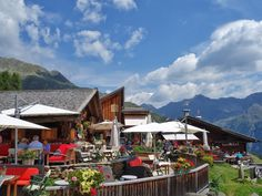 Bergwandelen in de Alpen voor blinden en slechtzienden Berg, Mount Everest, Cabin, Mountains, House Styles, Nature, Travel, Home, Decor