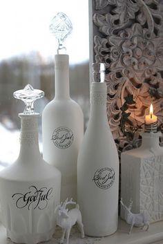 Glazen flessen wit spuiten, tekst sticker erop en mooie glazen kurken erop: mooi