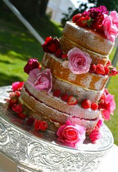 Love the naked cake with fresh flowers and berries. Yummy