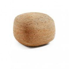 Un bonito puf oval tejido en yute que quedará genial en cualquier estancia de tu hogar. Relleno de algodón incluido. No desenfundable.