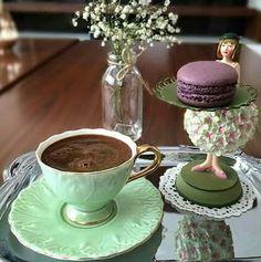 Šálek na kávu * zelenkavý vzorkem zdobený porcelán.