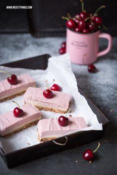 Das beste Rezept für vegane Kirsch-Käsekuchen-Schnitten oder auch Cherry Cashew Cheesecake Bars - ohne Backen!    nicestthings.com
