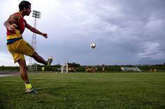 Esta ha sido una oportunidad para todos de aprender y crecer... eres un artista. U Know @Regrann from @gagolio -  La verdad es que no me imaginaba haciendo una foto así... pero es fino tener la oportunidad.  Gracias @dinorampini  #CiudadBolivar #Estadio #RicardoTulioMaya #VillaOlimpica #Futbol #Balon #Tirodeesquina #AngosturaFC #Practica #Entrenamiento #Campo #Angostura #FC #Deporte #Sports #Soccer #FutbolVenezolano - #regrann