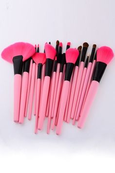 Pink makeup brushes<3 Every girl loves pink brushes(;