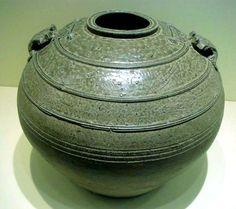 Ранний селадон, Династия Восточная Хань, 25 - 220 гг. Изготовление селадоновой керамики, называемой в Китае цинцы (青瓷, qing ci — «зеленоватый фарфор») началось в I – II вв. в древних печах Юэ (越窑, Yue yao), на севере современной провинции Чжэцзян. Сначала селадон выглядел непритязательно: был шероховатым и тусклым, но со временем появляются изысканные изделия с гладкой сияющей поверхностью.