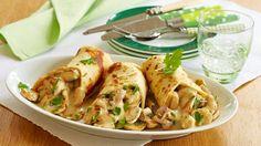 Wie lecker ist das denn? Pfannkuchen backen, Pilzfüllung zubereiten und dann zu herbstlichen Wraps anrichten.