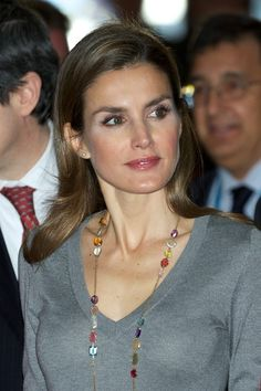 """Spanish Princess Letizia's necklace details as she attends the 16th """"Volunteer State Congress"""" at the Baluarte Palace on 27.11.13 in Pamplona, Spain."""