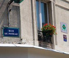 La rue du Poteau, des fleurs, un Space Invader et... gaz à tous les étages (Paris 18ème).