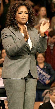 Considerata una delle donne più potenti degli USA per la sua vibrante personalità e il suo successo, Oprah Winfrey è riuscita a trasformare il suo ruolo da semplice conduttrice televisiva a opinion leader. (fonte Wikipedia)
