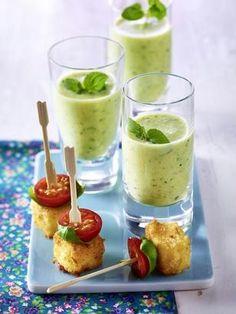 Das Rezept für Zucchini-Lassi und panierte Fetawürfel mit Kirschtomaten und Basilikum und weitere kostenlose Rezepte auf LECKER.de