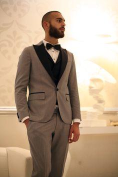 Elegante, raffinato  con l'aria da dandy. Questo è l'uomo Vanitas con un abito taglio smoking grigio con revers nero e papillon. Collezione #Loveternity