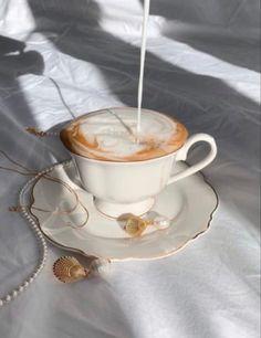 Aesthetic Coffee, Cream Aesthetic, Aesthetic Food, Coffee Cafe, My Coffee, Coffee Shop, Coffee Drinks, Coffee Flour, Coffee Drink Recipes