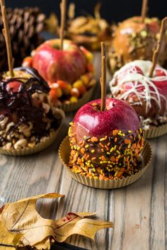 Wie man Karamelläpfel macht - The Best Easy Apple Recipes - mini caramel apples Candy Recipes, Fall Recipes, Holiday Recipes, Healthy Recipes, Fall Desserts, Delicious Desserts, Gourmet Candy Apples, Turnover Recipes, How To Make Caramel