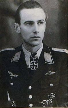 Capitán Rudolf Trenkel (17/enero/11918-  26/abril/2001). 138 victorias. Sirvió en Jagdgeschwader 52 durante la batalla de Inglaterra . De febrero-junio 1942 fue asignado a JG 77, sólo para ser transferido de nuevo a JG 52, tomando el mando del 2ºStaffel.  El 14/julio/1944, acreditó su 100ª victoria aérea. Él era el 83º piloto de Luftwaffe en alcanzar dicha marca. Después de la capitulación fue tomado prisionero por los estadounidenses sólo para ser entregado al Ejército Rojo. Cruz de…