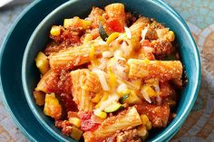 Chili Pasta Skillet — Is it pasta? Is it chili? This dish looks like pasta but tastes like classic chili with ground beef, veggies and cheese. Bonus: It's ready for the dinner table in just 30 minutes. Kraft Recipes, Kraft Foods, Pasta Recipes, Beef Recipes, Cooking Recipes, Dinner Recipes, Hamburger Recipes, Rigatoni, Penne Pasta