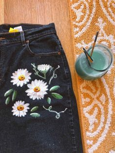 Terrific Screen painting on jeans Tips I really like Jeans ! And a lot more I like to sew my own Jeans Terrific Screen painting on jeans Tips I really like Jeans ! And a lot more I like to sew my own Jeans. Next Jeans Sew Along I'm planni Diy Jeans, Recycle Jeans, Painted Jeans, Painted Clothes, Diy Clothes Paint, Hand Painted, Diy Clothing, Custom Clothes, Diy Clothes Vintage