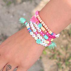 Maak vrolijke armbandjes met gekleurde letterkalen #ibiza #summer #tassle