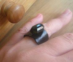 Fekete gyémánt - Gombolat gyűrű, Ékszer, óra, Gyűrű, Fekete bőr gyűrű, egy nagyon érdekes fekete gombbal. 1,8 cm széles.  Egyedi darab.  https://www.facebook.com/Kincsesfiok/photos/a.887500514608376.1073741847.257124630979304/887500557941705/?type=1&theater