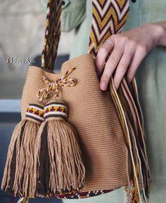 Wayuu bag single thread, knitting model from group . Tapestry Bag, Tapestry Crochet, Crochet Beach Bags, Hello Kitty Crochet, Mochila Crochet, Bag Pattern Free, Boho Bags, Linen Bag, Crochet Handbags