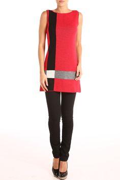 Vestido tejido sin mangas rojo con franja negra y detalle blanco, franje en constraste gris en parte trasera. Cuello ojal: $899.