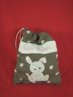 Sac à doudou personnalisé Burlap, Creations, Reusable Tote Bags, Clothes Crafts, Softies, Bags, Hessian Fabric, Jute, Canvas