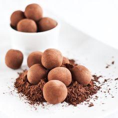 Nepečené vánoční cukroví: Domácí lanýže s čokoládou i bez Truffles, Dog Food Recipes, Food And Drink, Gluten, Sweets, Breakfast, Advent, Cakes, Free