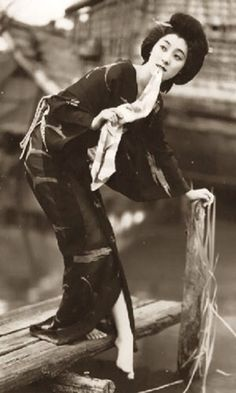A beautiful portrait of a Geisha dipping her toes in a canal Geisha Samurai, Art Occidental, Turning Japanese, Japanese Beauty, Japanese Lady, Japanese Style, Vintage Japanese, Ansel Adams, Poses