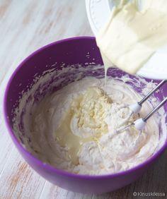 Vinkki: Täyte on mitoitettu täytekakun yhteen väliin. Tarjoa raikkaan marja- tai hedelmätäytteen parina. Ainekset: 2 ½ dl kuohukermaa 200 g vaniljarahkaa 130 g valkosuklaata 2 rkl vaniljakreemijauhetta Vatkaa kuohukerma vaahdoksi. Lisää vaniljarahka. Paloittele valkosuklaa lautaselle ja sulata mikrossa miedolla lämmöllä (n. 250 W). Sekoita valkosuklaasula ja vaniljakreemijauhe täytteeseen. Levitä kakkupohjan päälle. Finnish Recipes, Cake Fillings, Piece Of Cakes, How To Make Cake, Mousse, Icing, Cake Decorating, Food And Drink, Ice Cream