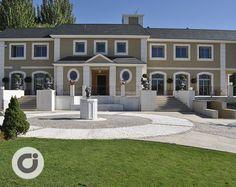 Grandioso chalet situado en una de las zonas más privilegiadas de Madrid, Conde Orgaz, cuenta con amplios espacios verdes y una magnífica entrada. http://www.gilmar.es/FichaUnifamiliar.aspx?id=81665&moneda=e