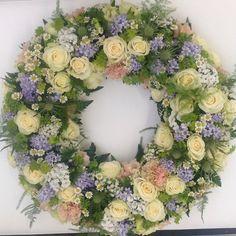 Krans i sorgbinderi! #wreath #krans #roser #roses #tistler #nellik #tustenellik #blomster #mywork #gjennestad #hageland #lærling #florist #flowers