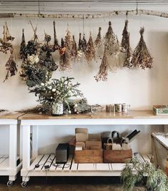 the dried flowers. Would use this idea for drying my herbs.love the dried flowers. Would use this idea for drying my herbs. Herb Drying Racks, Drying Herbs, Herb Rack, Flower Studio, Dried Flowers, Decoration, Living Room Furniture, Garden Furniture, Sweet Home