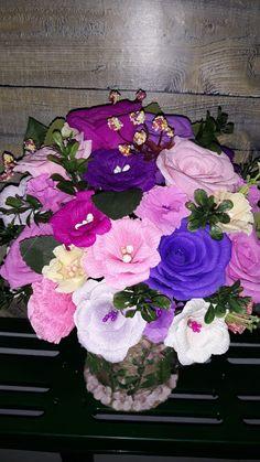 Ele au viața eternă și pot fi realizate la orice marime doriți, alegând orice culori ne luminează nouă sufletul. Indiferent de perioada anului, dacă anumite flori sunt în sezon sau nu, din ele pot fi făcute aranjamente care vor deveni o amintire eternă. 🤩 În caz că v-ați hotărât și vă doriți ceva special pentru nuntă, botez, alte evenimente sau pur și simplu pentru a avea pe birou ori pe noptieră, luni sau chiar ani, astfel de buchete florale! 🎉  📲 Telefon: 0726073718   🌐 Site… Floral Wreath, Wreaths, Home Decor, Decoration Home, Room Decor, Bouquet, Flower Band, Interior Decorating, Floral Arrangements