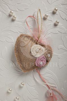 Χειροποίητη μπομπονιέρα βάπτισης για κορίτσι καρδιά με υφασμάτινα λουλούδια Heart Art, Wedding Favors, Sewing Projects, Crochet Earrings, Shabby Chic, Diy Crafts, Make It Yourself, My Favorite Things, Creative